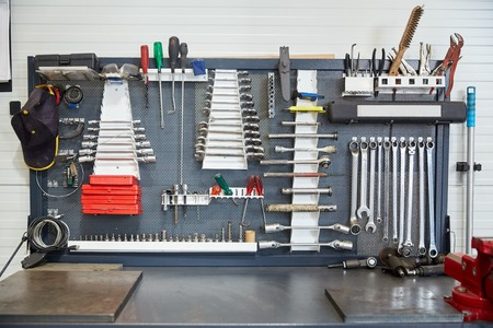 herramientas de mecánica: servicio de coche, reparación, mantenimiento y el concepto de instrumentos - herramientas establecidas en el taller de coches