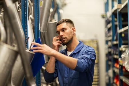 service de voiture, la réparation, l'entretien et les gens concept - mécanicien automobile homme ou smith avec presse-papiers à l'atelier ou de l'entrepôt