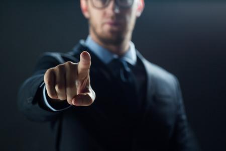 Affari, persone, tecnologia, ciberspazio e ufficio concetto - Close up di uomo d'affari in tuta che lavora con schermo invisibile realtà virtuale Archivio Fotografico - 65206113