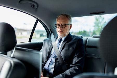 homme triste: le transport, voyage d'affaires, la sécurité et les gens concept - senior businessman conduite sur siège arrière de voiture