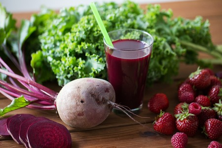healthy eating, food, dieting and vegetarian concept - glass of beetroot juice, fruits and vegetables on wooden table 版權商用圖片