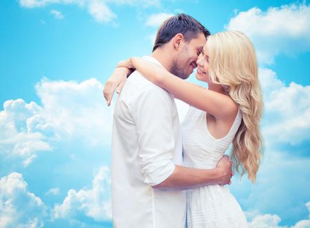 himmel wolken: Sommerferien, Menschen, Liebe und Dating-Konzept - glückliches Paar umarmt über blauen Himmel und weißen Wolken Hintergrund
