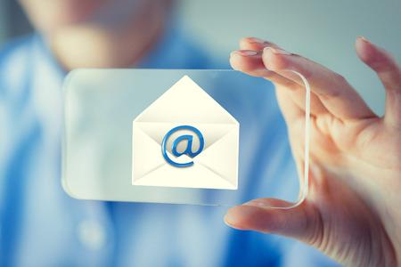correo electronico: Negocio, tecnología, comunicación, y, gente, concepto - cierre, Arriba, mujer, mano, tenencia, Mostrar, transparente, smartphone, correo, icono ...