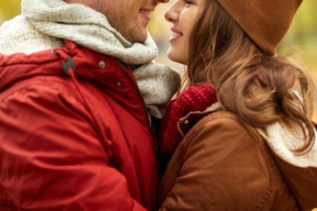 Liebes-, Verhältnis-, Jahreszeit- und Leutekonzept - nah oben von den glücklichen jungen Paaren, die draußen küssen Standard-Bild