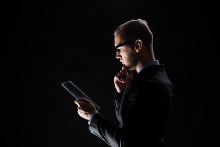 tecnología informatica: negocio, la gente y el futuro concepto de tecnología - Cierre de negocios con el ordenador Tablet PC transparente sobre negro