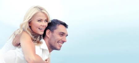 Vacaciones de verano, la celebración y el concepto de citas - pareja en la playa