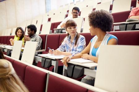 onderwijs, middelbare school, universiteit, leren en mensen concept - groep internationale studenten praten over de lezing