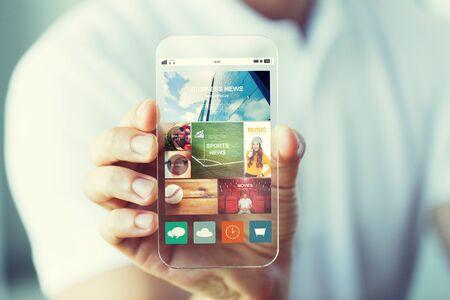 negocios, la tecnología y el concepto de la gente - cerca de la explotación de la mano masculina que muestra transparente y página Web de noticias en la pantalla del smartphone Foto de archivo