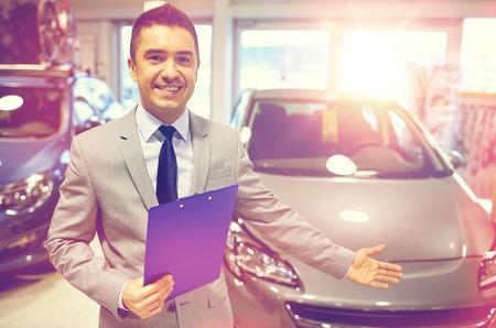 uomo felice: Business auto, vendita di auto, consumismo e concetto di persone - felice uomo a show auto o salone