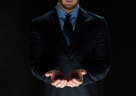 cogidos de la mano: negocio, la realidad virtual, la gente y la publicidad concepto - Cierre de negocios en el juego que sostiene algo imaginario en las palmas de sus manos Foto de archivo
