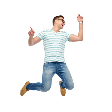 Bonheur, liberté, mouvement et concept de personne - joyeux jeune homme saute dans l'air Banque d'images - 66189484