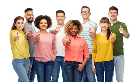 多様性、競争、民族性および人々 のコンセプト - 幸せな笑みを浮かべて男性と白で親指を現して女性の国際的なグループ