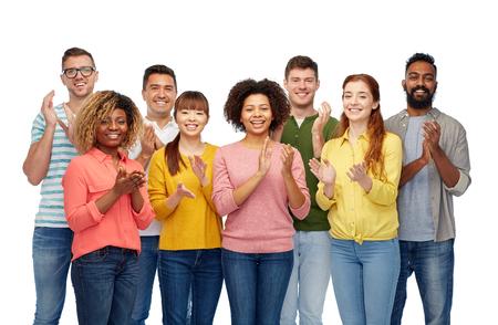 la diversidad, la raza, la etnia y la gente concepto - grupo internacional de hombres y mujeres felices sonriendo sobre blanco