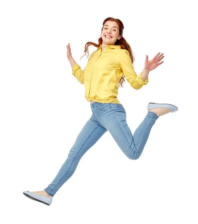 행복, 자유, 모션 및 사람들이 개념 - 공기에 점프 웃는 젊은 여자