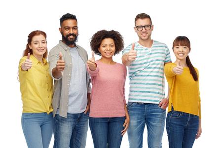 다양성, 인종, 민족과 사람들 개념 - 흰색 통해 행복 웃는 남자와 엄지 손가락을 보여주는 여성의 국제 그룹