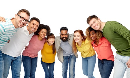 personas abrazadas: diversity, race, ethnicity and people concept - international group of happy smiling men and women over white