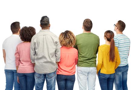 mujeres: la diversidad, la raza, la etnia y la gente concepto - grupo internacional de hombres y mujeres felices sonriendo sobre blanco Foto de archivo