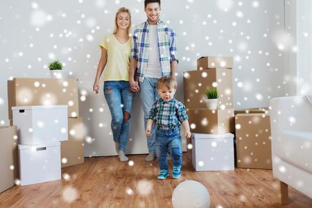 niños sonriendo: hipoteca, la gente, la vivienda, el movimiento y el concepto de bienes raíces - familia feliz con cajas jugando a la pelota en la nueva casa sobre la nieve