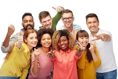 Vielfalt, der Rasse, der ethnischen Zugehörigkeit und Menschen Konzept - internationale Gruppe von glücklich lächelnden Männern und Frauen, die Daumen nach oben und Frieden über weiß Standard-Bild