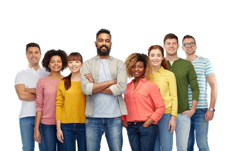razas de personas: diversity, race, ethnicity and people concept - international group of happy smiling men and women over white