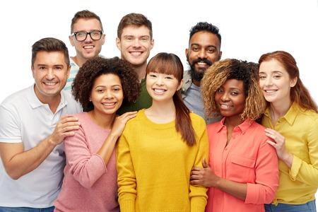 多様性、競争、民族性および人々 のコンセプト - 幸せな笑みを浮かべて男性と白で女性の国際的なグループ