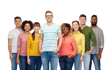 diversiteit, ras, etniciteit en mensen concept - internationale groep van gelukkige lachende mannen en vrouwen over wit