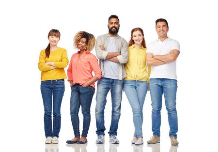 mani incrociate: la diversità, la razza, l'etnia e la gente concetto - gruppo internazionale di uomini sorridenti felici e donne sopra bianco