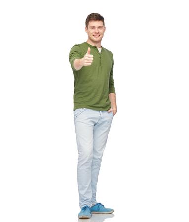 gebaar en mensen concept - lachende jonge man zien thumbs up over wit