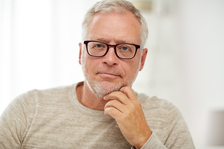 old age, problem and people concept - close up of senior man in glasses thinking Banque d'images