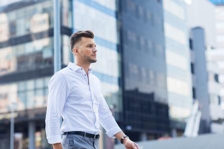 Konzept Lifestyle und Menschen - junge Mann zu Fuß entlang Stadtstraße