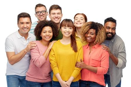 la diversité, la race, l'origine ethnique et les gens concept - groupe international d'hommes sourire heureux et les femmes sur blanc