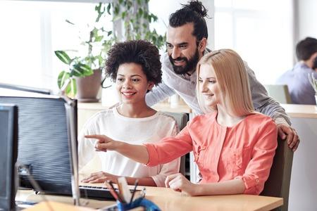 사업, 시작 및 사람들이 개념 - 사무실에서 컴퓨터와 행복 크리 에이 티브 팀 네트워킹