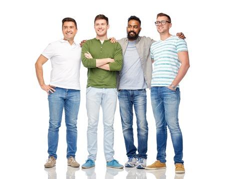 vriendschap, diversiteit, etniciteit en mensen concept - internationale groep van gelukkige lachende mannen over white Stockfoto