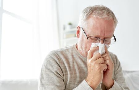 종이 아픈 수석 남자가 자신의 코를 불고 지우기 스톡 콘텐츠