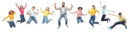 internationale groep van gelukkige mensen springen