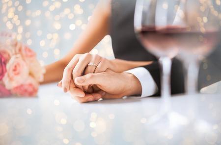 Nahaufnahme von verlobte Paar Händchen haltend Standard-Bild - 68492377