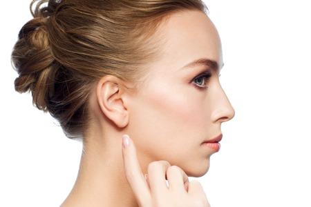 mooie vrouw wijzende vinger aan haar oor Stockfoto