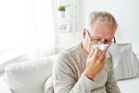 彼の鼻を吹く紙ワイプで病気の年配の男性 写真素材