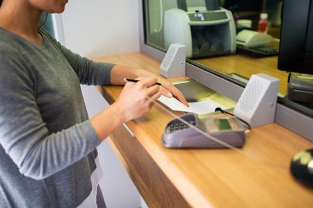 mostradores: solicitud por escrito al cliente en la oficina bancaria Foto de archivo