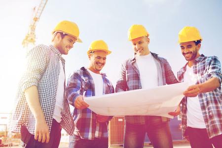 grupo de constructores con la PC de la tableta y el modelo