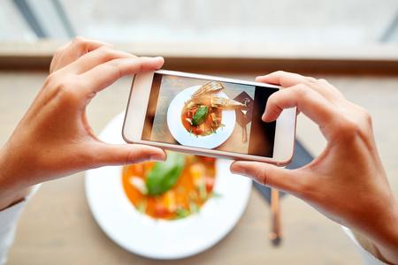 tomando refresco: las manos con alimentos teléfono inteligente fotografiar Foto de archivo