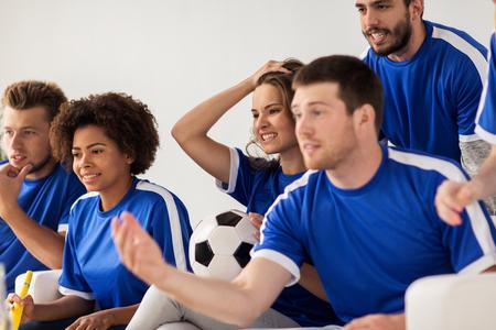 streichholz: Freunde oder Fußball-Fans Fußball zu Hause vor dem Lizenzfreie Bilder