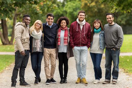 groupe d'amis internationaux heureux au parc Banque d'images