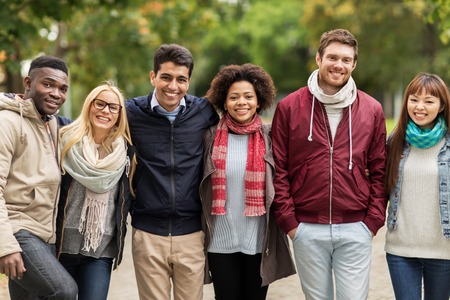 groep gelukkige internationale vrienden bij park
