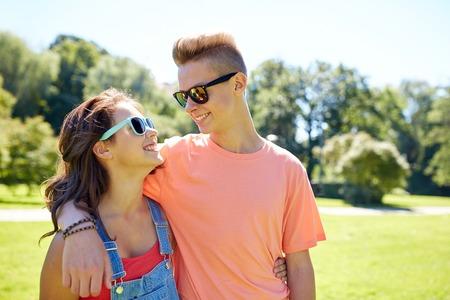 gelukkige tiener paar kijken elkaar in park Stockfoto