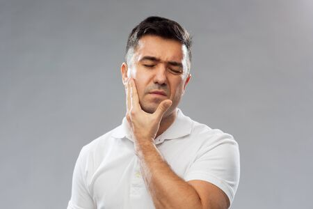 dolor de muela: unhappy man suffering toothache