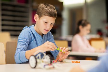 Primer plano de robot de construcción niño en la escuela de robótica Foto de archivo - 68985378