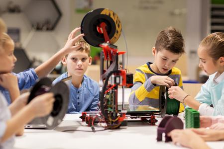 educação: crianças felizes com impressora 3D na escola robótica Banco de Imagens