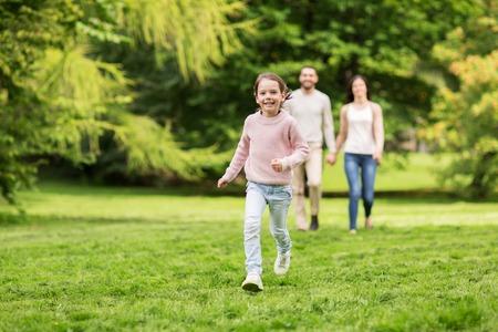 gelukkig gezin wandelen in de zomer park en plezier