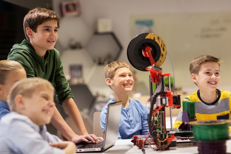 happy children with 3d printer at robotics school 版權商用圖片